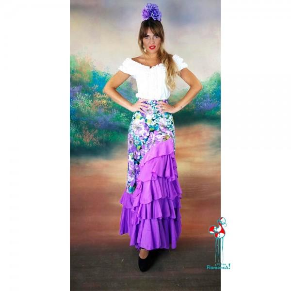 Falda de ensayo de flamenca con tonos lilas. Camisa blanca